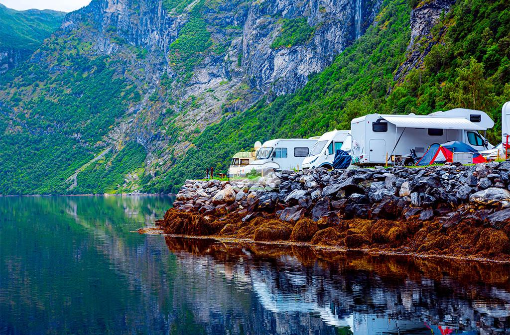 green-camper-inchirieri-autorulote-din-bucuresti-cu-autorulota-la-munte-pe-lac.jpg